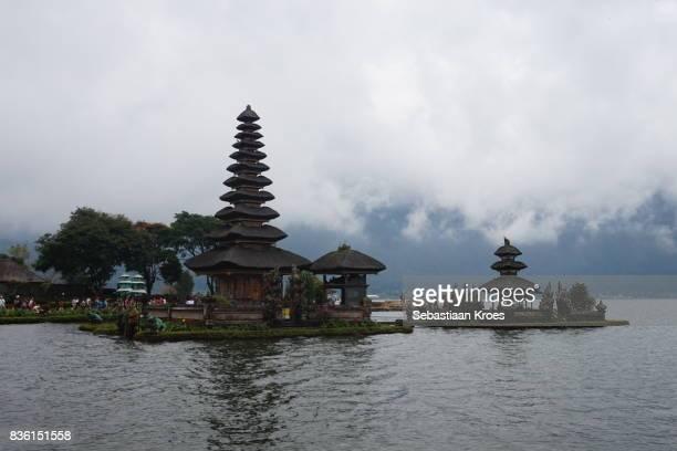 pura ulun danu bratan temple, lake bratan, bedugul, bali, indonesia - meru filme stock-fotos und bilder