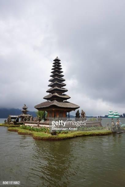 pura ulun danu bratan temple, meru pagoda in sunshine, bedugul, bali, indonesia - meru filme stock-fotos und bilder