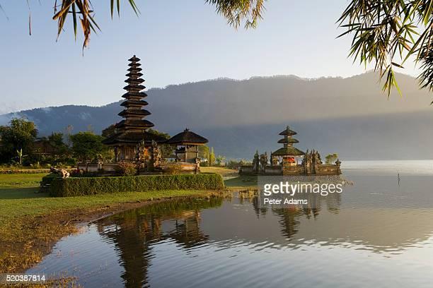 pura ulun danu temple on lake bratan - lake bratan area stock pictures, royalty-free photos & images