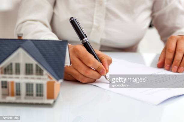 purchase agreement for hours with model home - mortgage stock pictures, royalty-free photos & images