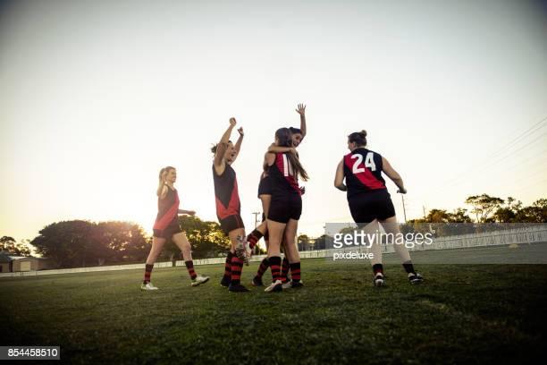 pure leidenschaft auf dem spielfeld - super rugby stock-fotos und bilder
