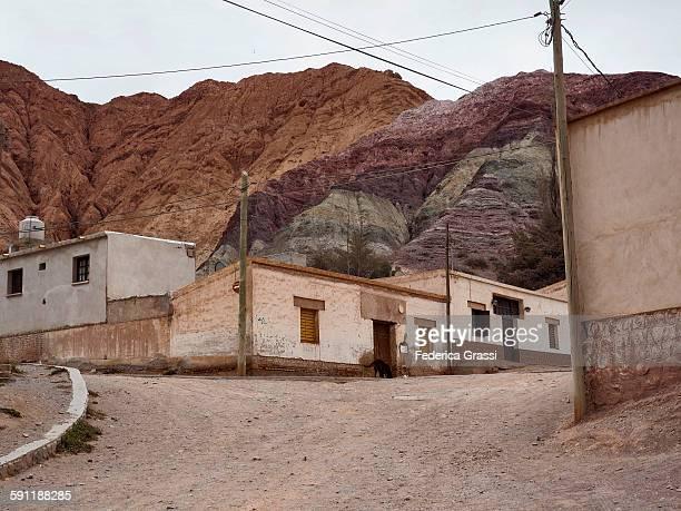 purmamarca, argentina - cerro de los siete colores foto e immagini stock
