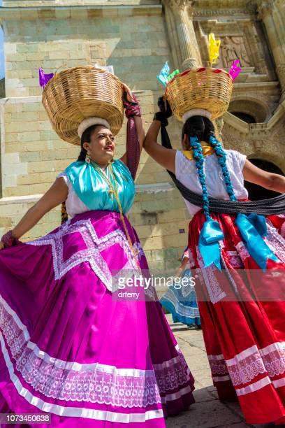 Violet et rouge tourbillonnant des jupes au moment du Día de los Muertos, Oaxaca