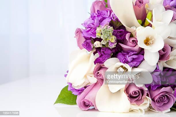 紫と白のブライダルブーケ - purple roses bouquet ストックフォトと画像