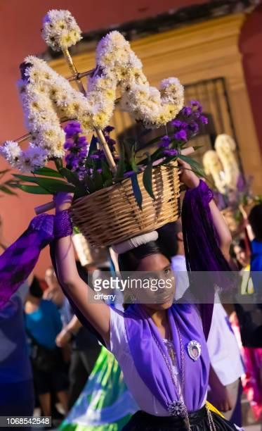 Purple Dancer avec coiffe de fleur au Día de los Muertos Festival à Oaxaca