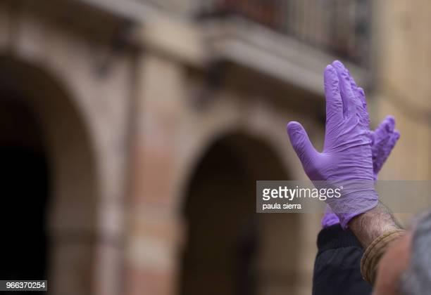 purple gloves, in a feminist protest - derechos de la mujer fotografías e imágenes de stock