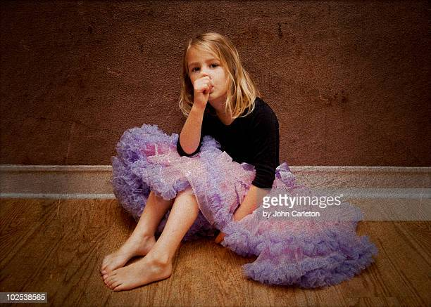 purple pettiskirt girl - chupando dedo - fotografias e filmes do acervo