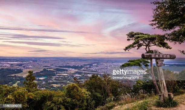 山頂からの紫色の夕日。名古屋と与日市を見渡す三重県の古野富士 - 三重県 ストックフォトと画像