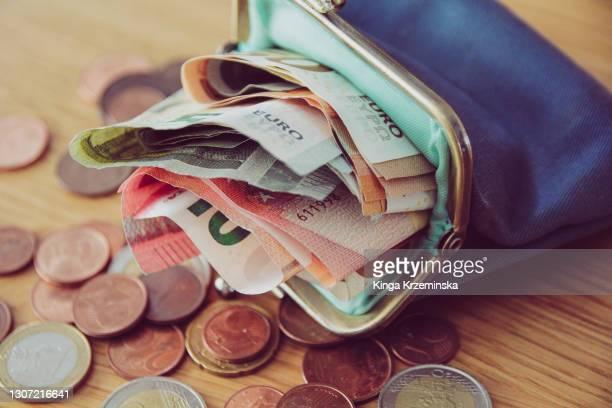 purse full of money - group e stockfoto's en -beelden