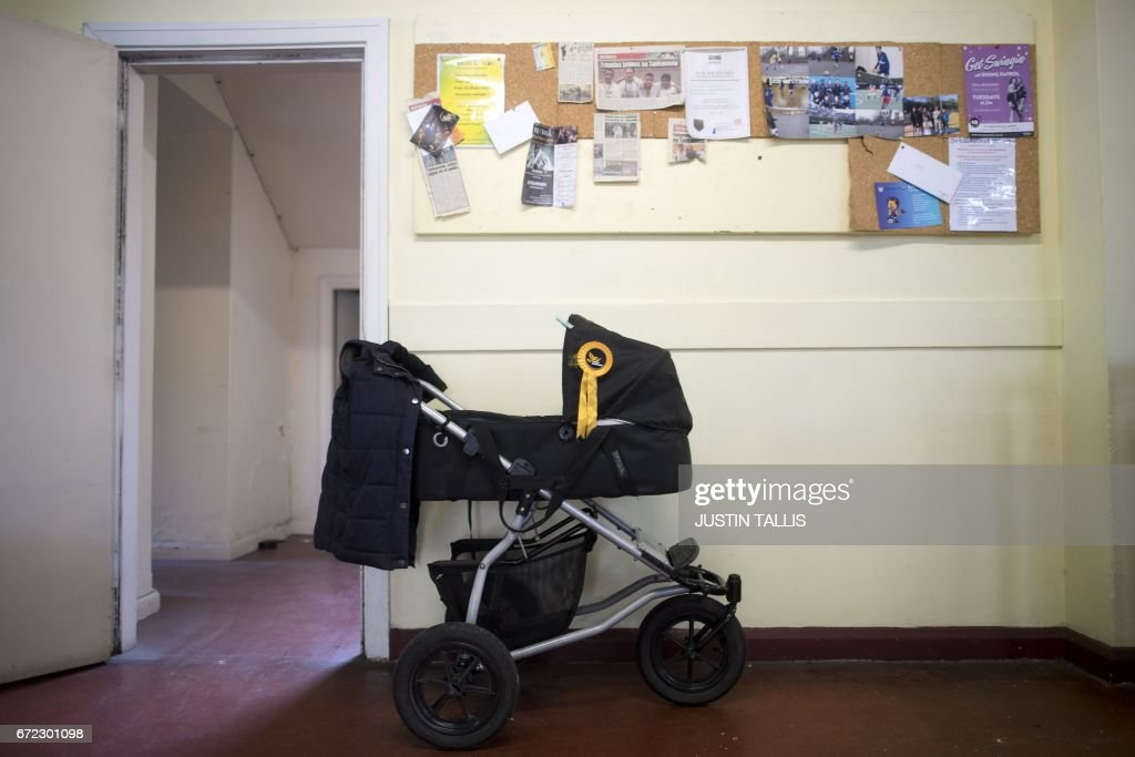 TOPSHOT - A pushchair adorned with a Liberal Democratic Party rosette is pictured at a campaign event in London on April 24, 2017, in the build-up to the general election on June 8th. Tim Farron, whose centre-left party holds just nine seats, hopes to make gains in the surprise election in June. / AFP PHOTO / Justin TALLIS