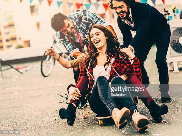 Sfidare gli amici su skateboard
