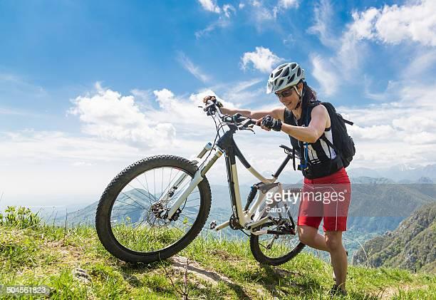 schieben dem fahrrad at the rim, italien - frau beine breit stock-fotos und bilder
