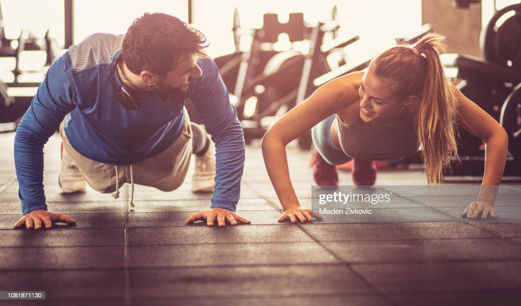 Push-ups i gym. : Stock Photo