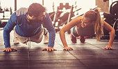Push-ups i gym.