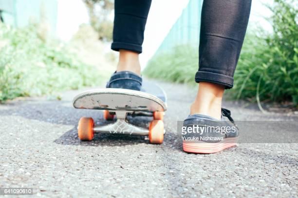put feet on skateboard - yusuke nishizawa stock-fotos und bilder