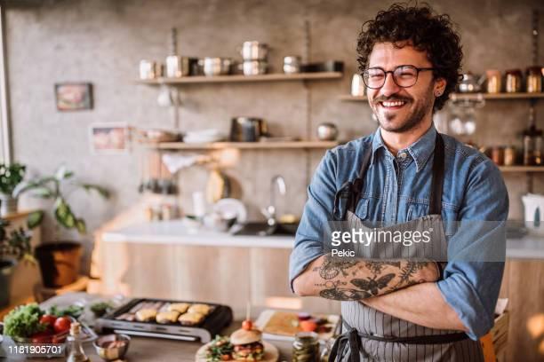 indossa il grembiule e cucina - chef foto e immagini stock