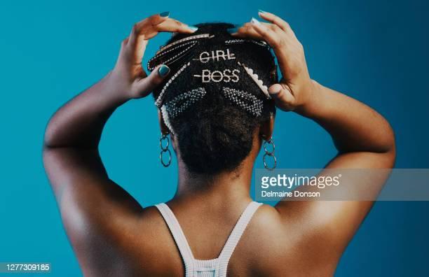setzen sie ihre gefühle auf ihr haar - accessoires stock-fotos und bilder