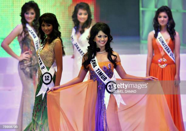 Putri Raemawasti walks on the catwalk as other contestants look on during the Miss Indonesia 2007 pageant in Jakarta early 04 August 2007 Raemawasti...