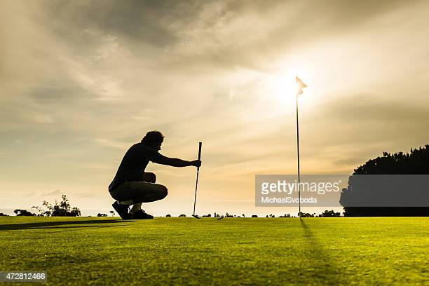 putter apuntando - lanzar la pelota fotografías e imágenes de stock