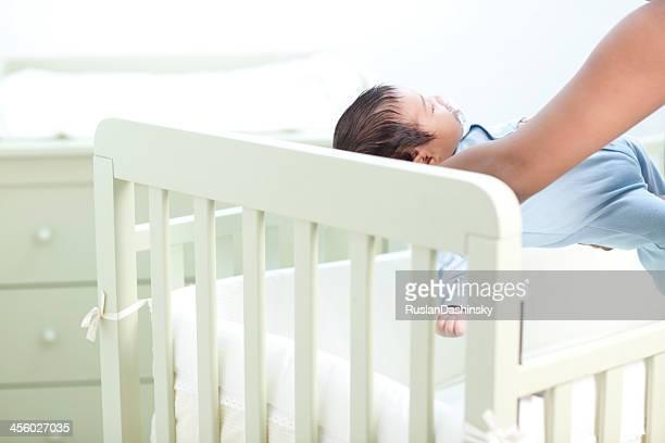 putting bébé à dormir. - lying down photos et images de collection