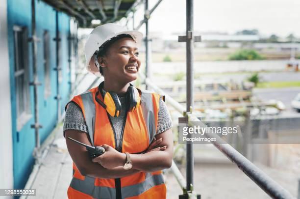 彼女の夢を築く献身を置く - 建設現場 ストックフォトと画像