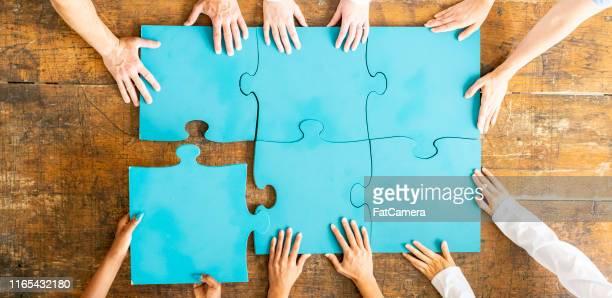 alles zusammen! - puzzle stock-fotos und bilder