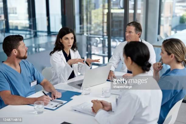 putting medical matters on the table - profissional da área médica imagens e fotografias de stock