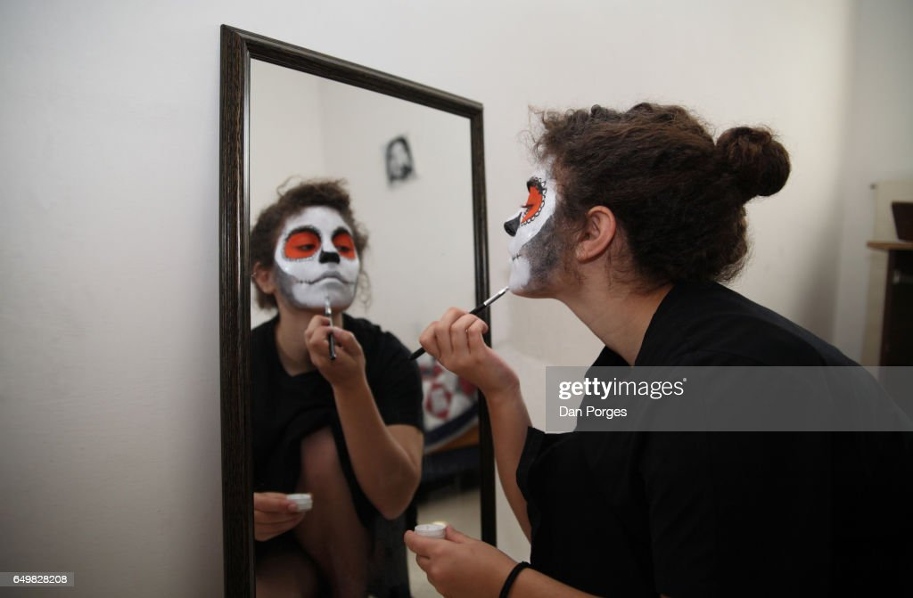 Putting on a Sugar Skull makeup : Stockfoto
