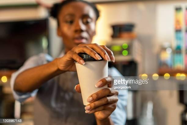 コーヒーテイクアウトに蓋をする - 蓋 ストックフォトと画像