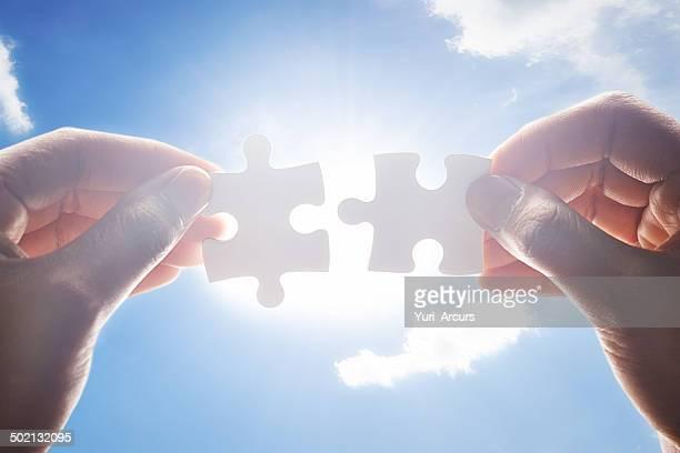 putting las piezas juntas - entrelazado fotografías e imágenes de stock