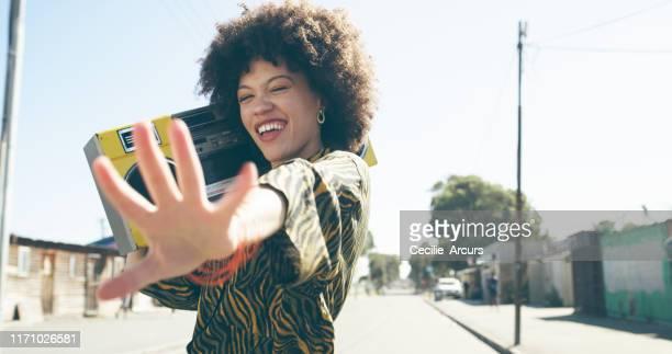 mettere la moda urbana in piena esplosione - solo una donna giovane foto e immagini stock