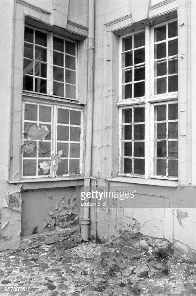 Putz und Farbe bröckeln an der Fassade eines Wirtschaftsgebäude am Schloss Rheinsberg in Rheinsberg Foto vom Im Schloss ist seit 1953 das...