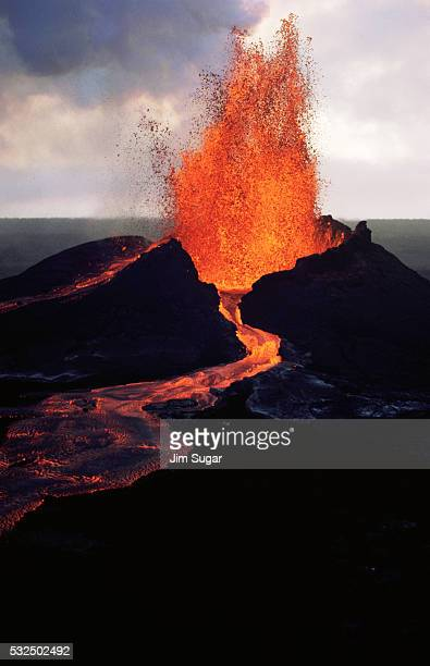 puu oo crater erupting - kīlauea volcano stock pictures, royalty-free photos & images