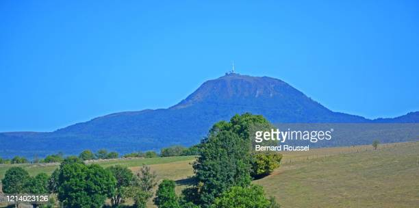 puy-de-dome volano, auvergne, massif-central, france - auvergne rhône alpes stock pictures, royalty-free photos & images