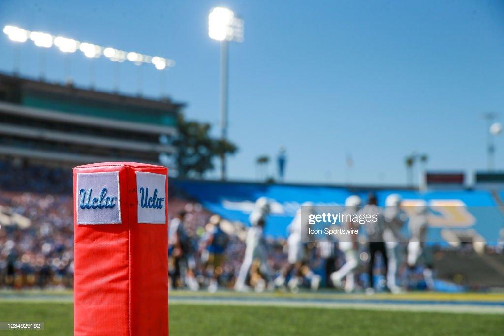 COLLEGE FOOTBALL: AUG 28 Hawaii at UCLA : News Photo