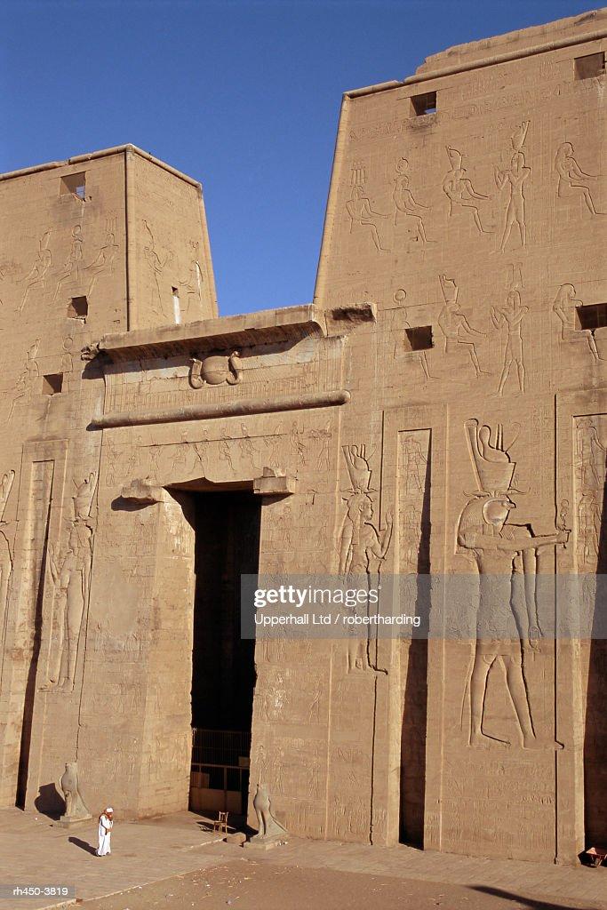 Pylon, the temple of Horus, archaeological site, Edfu, Egypt, North Africa, Africa : Stockfoto