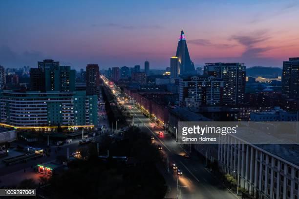 pyongyang at sunset - pyongyang photos et images de collection