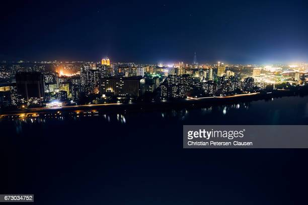 pyongyang cityscape at night - pyongyang photos et images de collection