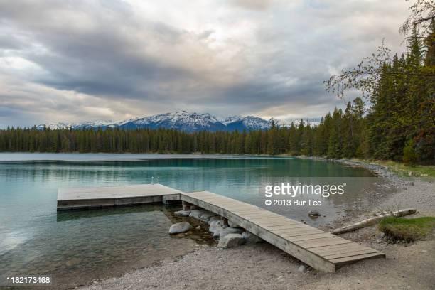 pyramid mountain and annette lake - meeroever stockfoto's en -beelden