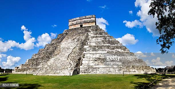 """pyramid of kukulcan at chich'en itza also known as """"temple of kukulcan"""" and """"el castillo"""" (""""the castle""""), m��xico - kukulkan pyramid stock photos and pictures"""