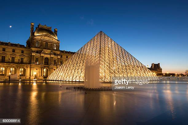 pyramid of the louvre museum in paris at sunset - musee du louvre stock photos and pictures
