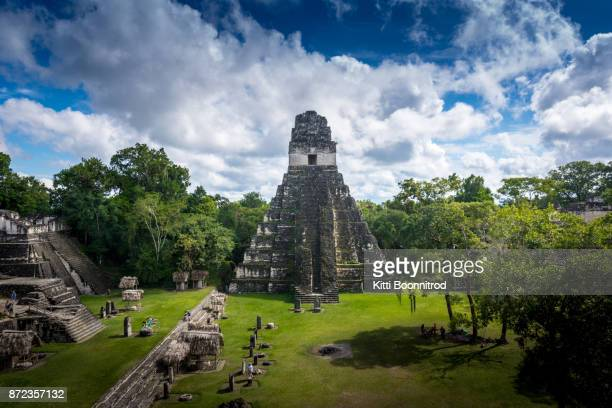 pyramid of tikal, the most famous maya ruin in guatemala - oude ruïne stockfoto's en -beelden