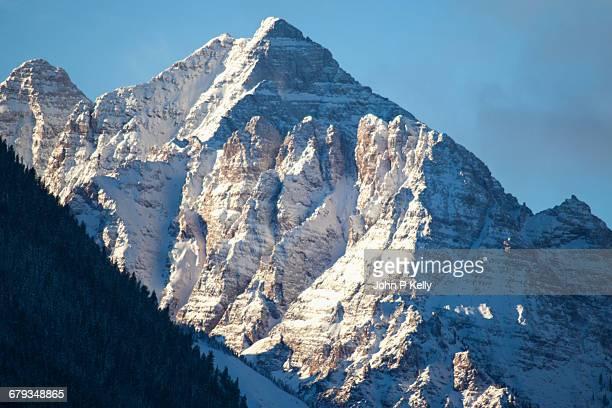 pyramid peak in the winter - colorado - fotografias e filmes do acervo