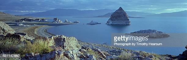 pyramid rock in pyramid lake - timothy hearsum stockfoto's en -beelden
