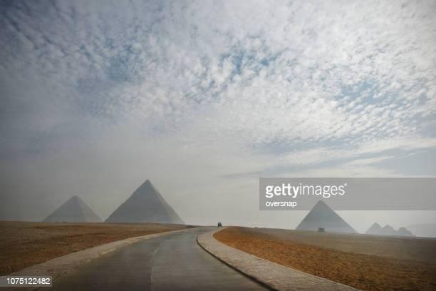 piramides weg - gizeh stockfoto's en -beelden