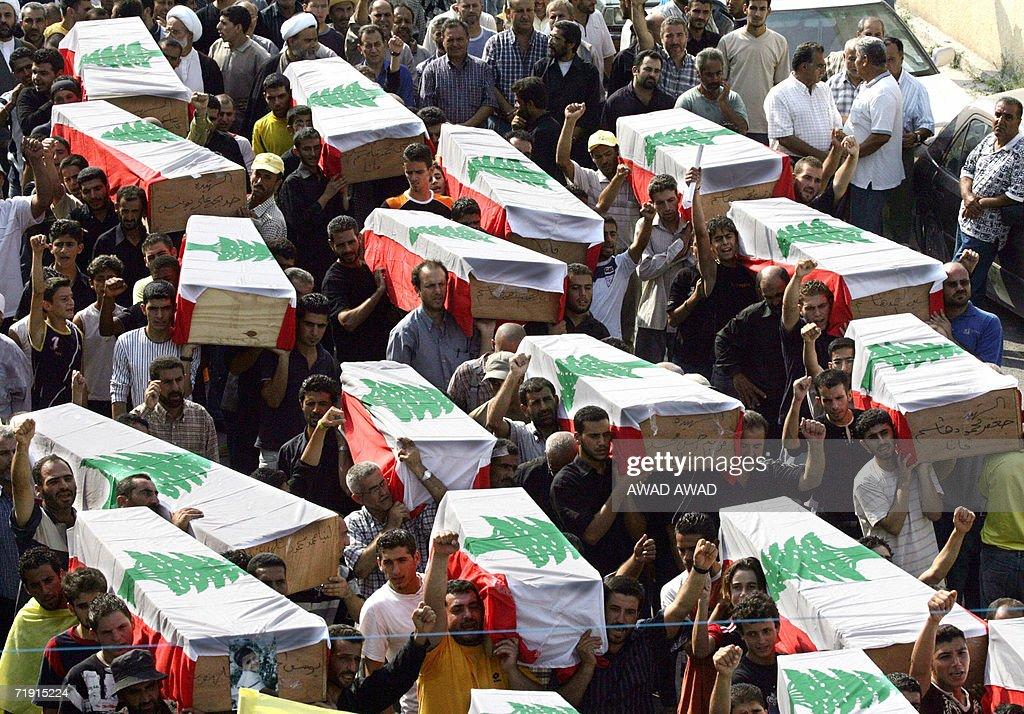 Lebanese civilians carry in Qana 18 Augu : News Photo