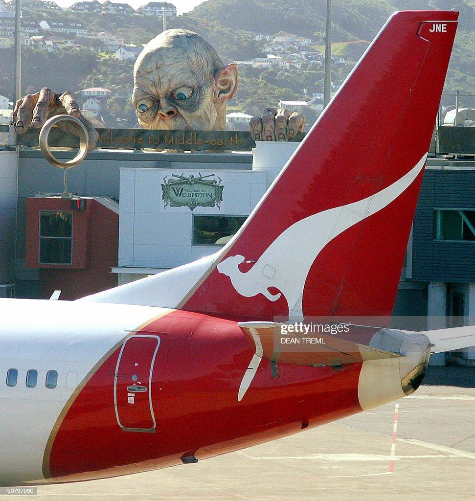 A Qantas Boeing 737 taxis past a large r : News Photo