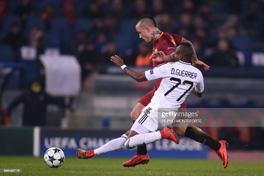 TOPSHOT - Qarabag's Haitian midfielder Donald Guerrier vies with Roma's Belgian midfielder Radja Nainggolan (back) during the UEFA Champions League Group C football match AS Roma vs FK Qarabag on December 5, 2017 at the Olympic stadium in Rome. / AFP PHOTO / Filippo MONTEFORTE