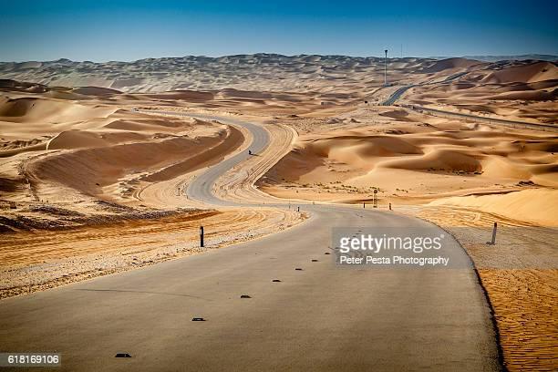 qasr al sarab road - paisajes de emiratos arabes fotografías e imágenes de stock