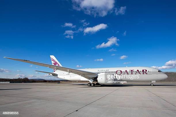 qatar airways boeing 787-8 dreamliner - qatar airways a stock pictures, royalty-free photos & images